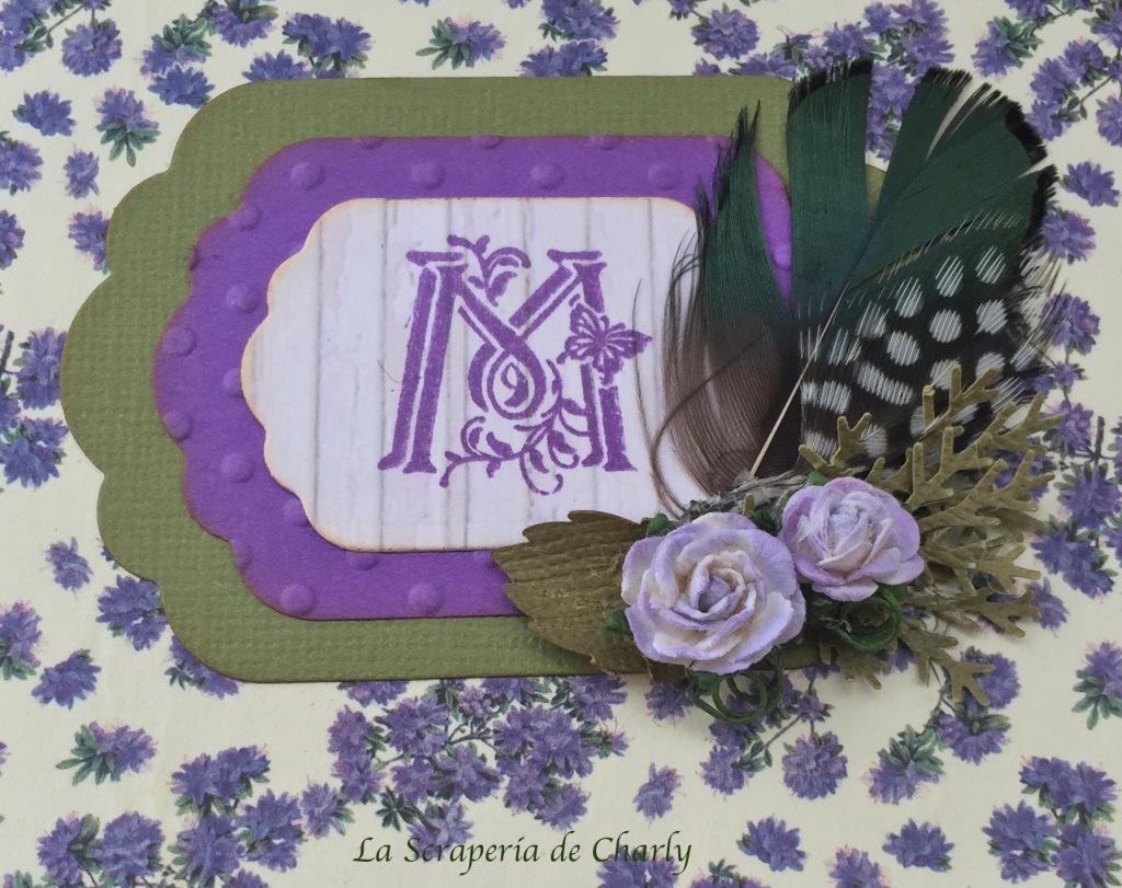 Inicial con estampación y bouquet de flores y plumas