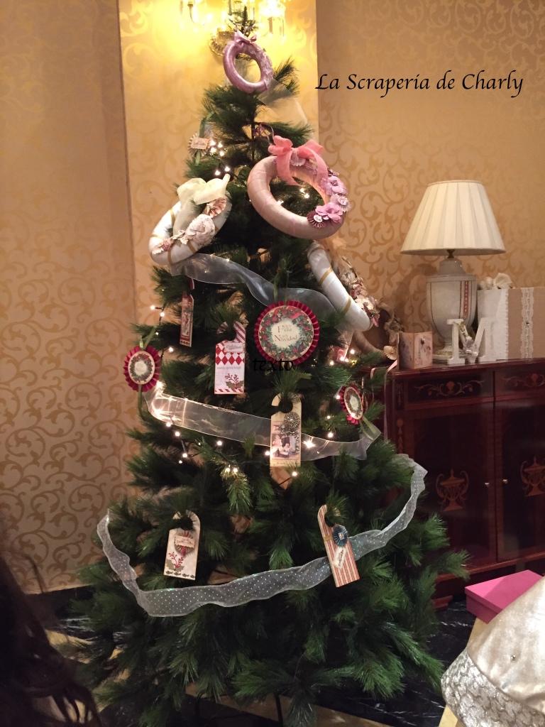 Coronas de adviento en árbol de Navidad
