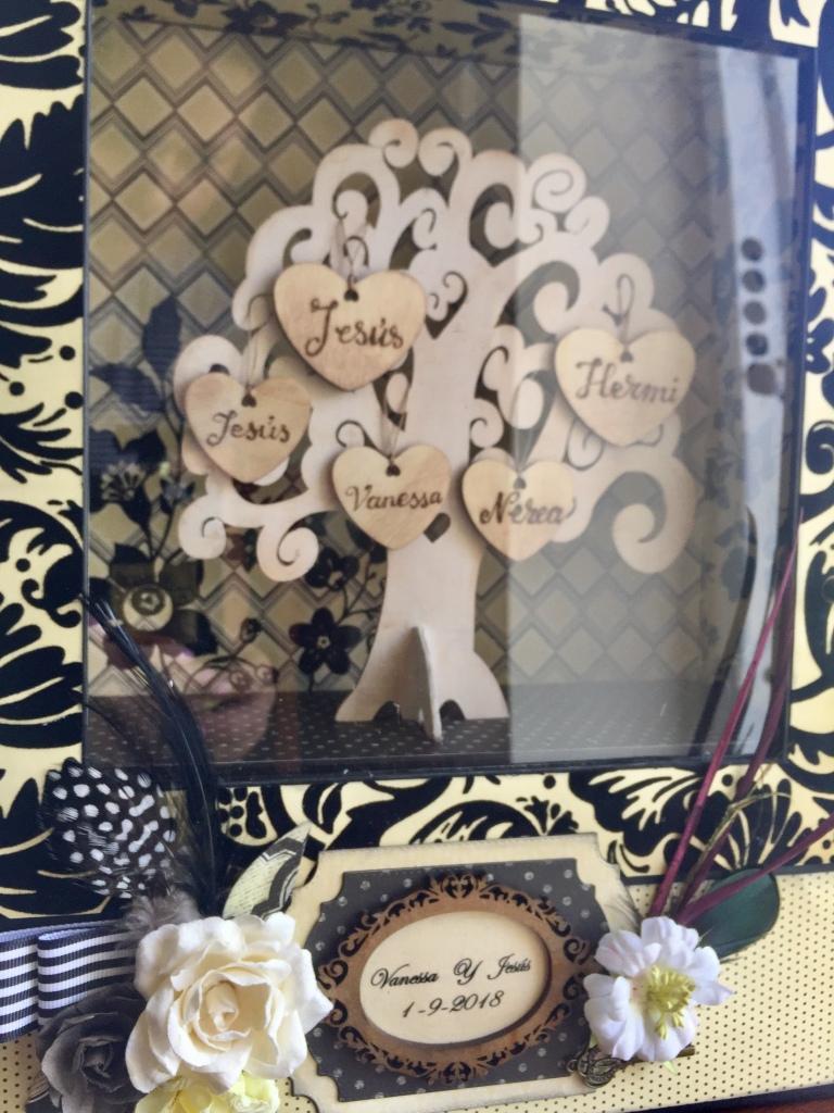Arbol genealógico con corazones de madera de madera